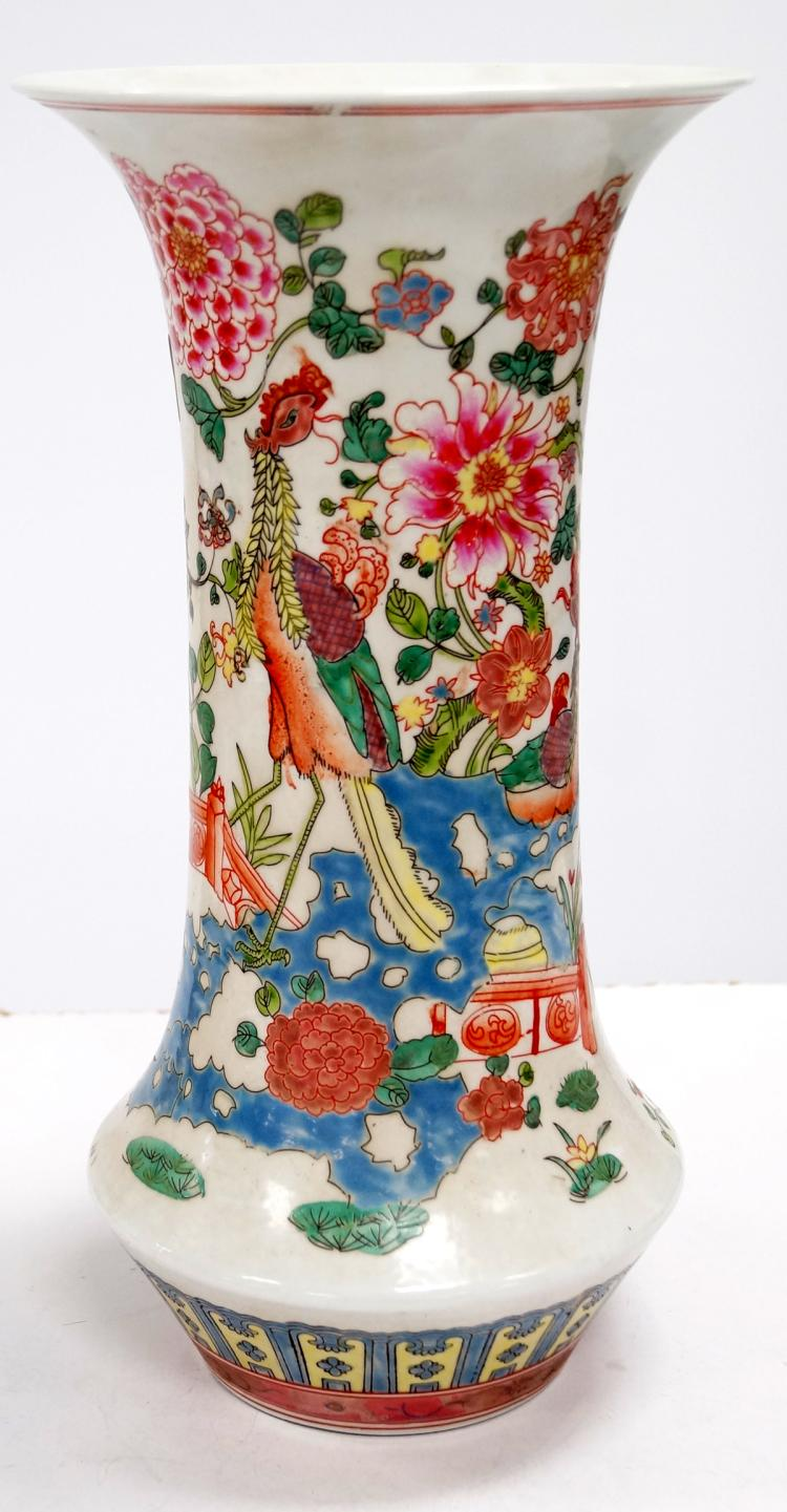 CHINESE FAMILLE ROSE DECORATED PORCELAIN VASE, BEARING SPURIOUS K'ANG HSI MARK. HEIGHT 16