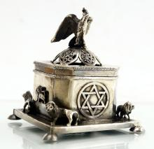 RUSSIAN/JUDAIC SILVER TRINKET BOX, SIGNED. HEIGHT 3 1/2