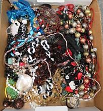 LOT ASSORTED FASHION COSTUME JEWELRY NECKLACES