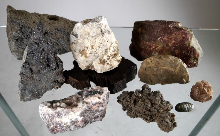 LOT ASSORTED MINERAL SPECIMENS INCLUDING QUARTZ, FOSSIL