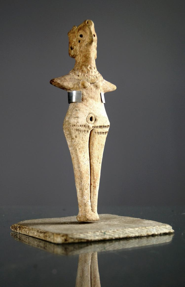 SYRO-HITTITE TERRA COTTA VOTIVE IDOL OF ASTARTE, C.2500-1800BC. HEIGHT 5 7/8