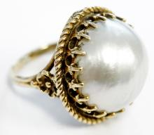 YELLOW GOLD (TESTS 14K) AND 17.5MM MABE PEARL RING. RING SIZE 6 1/4; GROSS WEIGHT 8.1 GRAMS