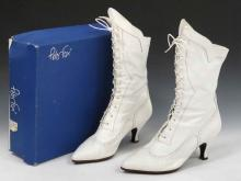 PETER FOX/ITALY WHITE LEATHER BOOTS WITH ORIGINAL BOX. SIZE 9B