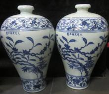 A PAIR OF XUEDE MARK BLUE AND WHITE BOTTLE VASE