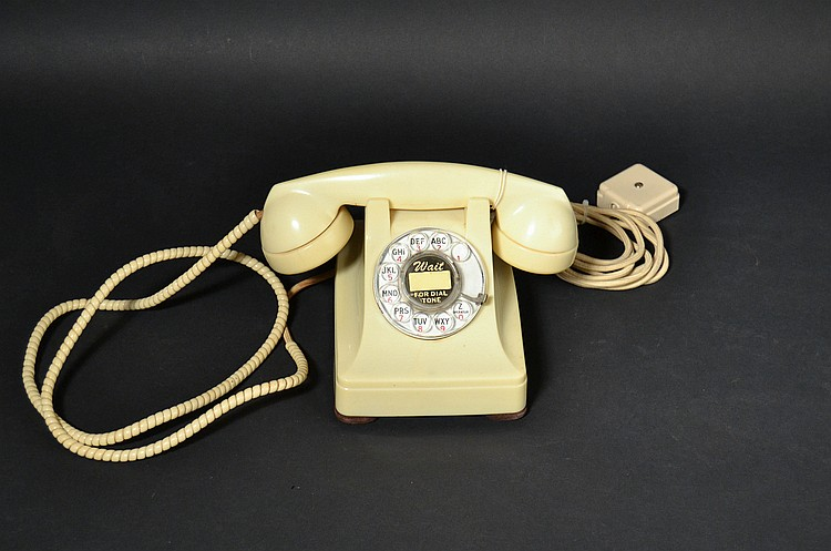 VINTAGE WESTERN ELECTRIC IVORY PLASTIC ROTARY DESK TELEPHONE