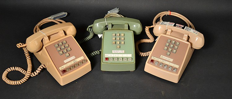 (3) DIFFERENT VINTAGE WESTERN ELECTRIC COLORED PLASTIC TOUCHTONE DESK TELEPHONE KEYSETS
