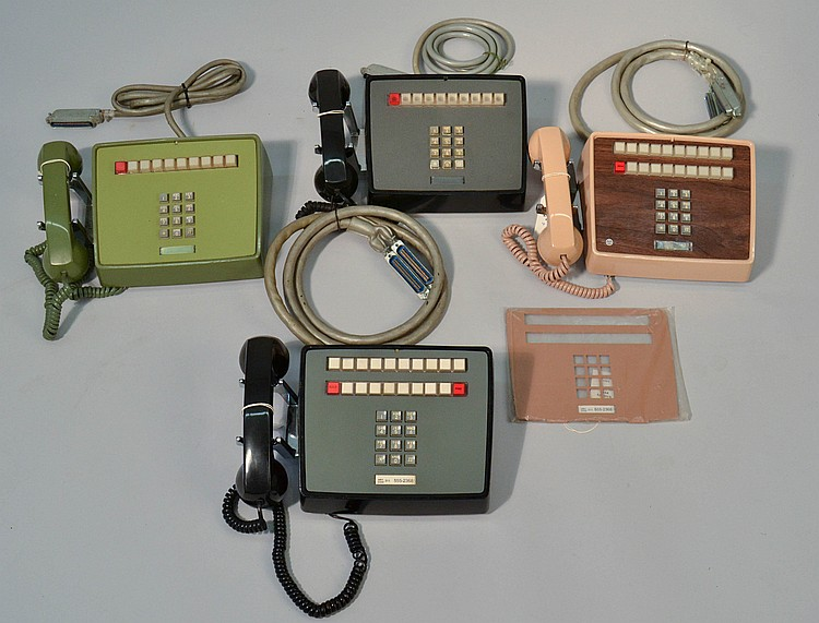 (4) DIFFERENT VINTAGE WESTERN ELECTRIC COLORED PLASTIC DESK TOP KEYSET TOUCHTONE TELEPHONES