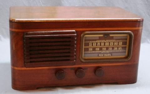 RCA Victor Battery Operated Radio Model 142T2- Wood Cased
