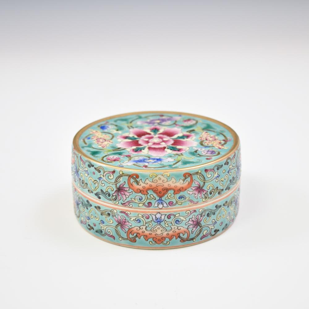 FAMILLE ROSE ROUND PORCELAIN TRINKET BOX