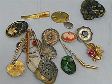 Lot of 20 fashion brooches and clips, mostly 70s.