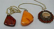 Lot Jewelry, consisting of 2 Amber pendants,