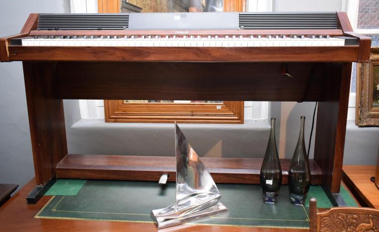 A ROLAND PIANO PLUS 450 ELECTIONIC PIANO