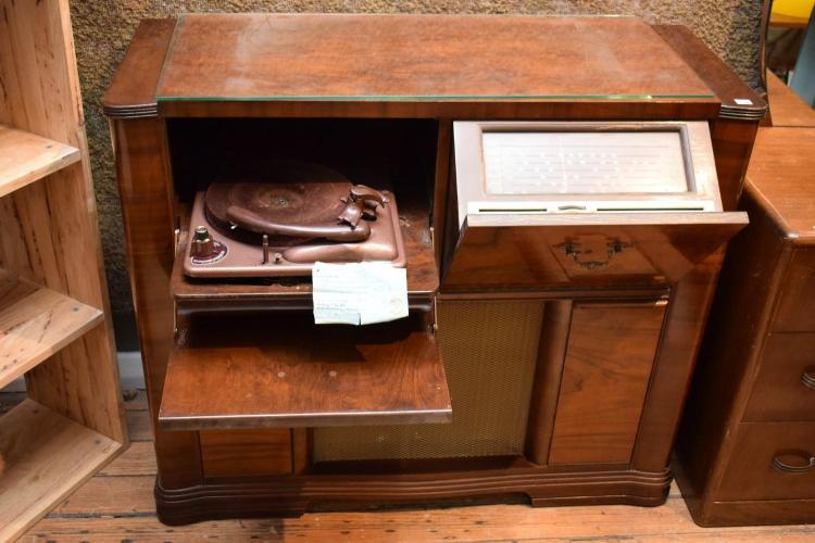 AN EARLY 20TH CENTURY WALNUT VENEERED RADIOGRAM