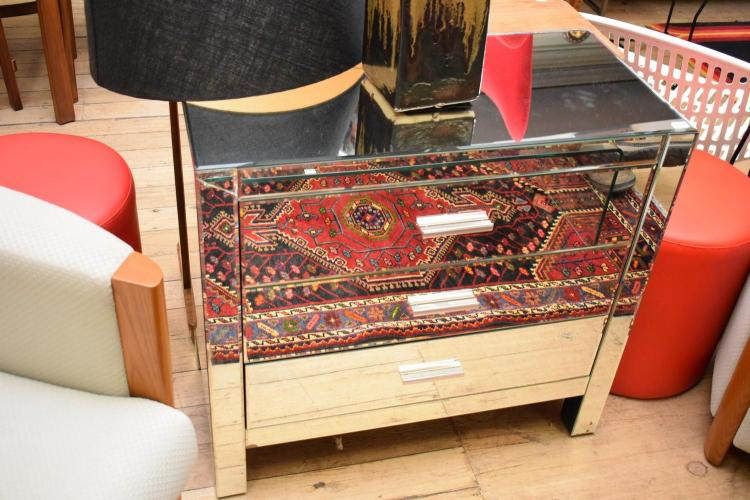 A MODERN MIRRORRED CHEST OF DRAWERS - (damage to top corner)