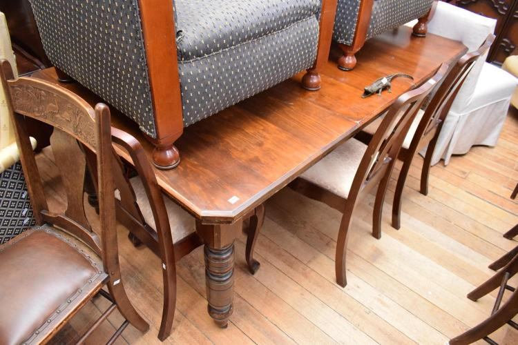 AN EDWARDIAN DINING TABLE