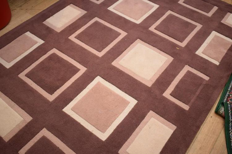 A CONTEMPORARY RUG IN CHOCOLATE AND CREAM PATTERN