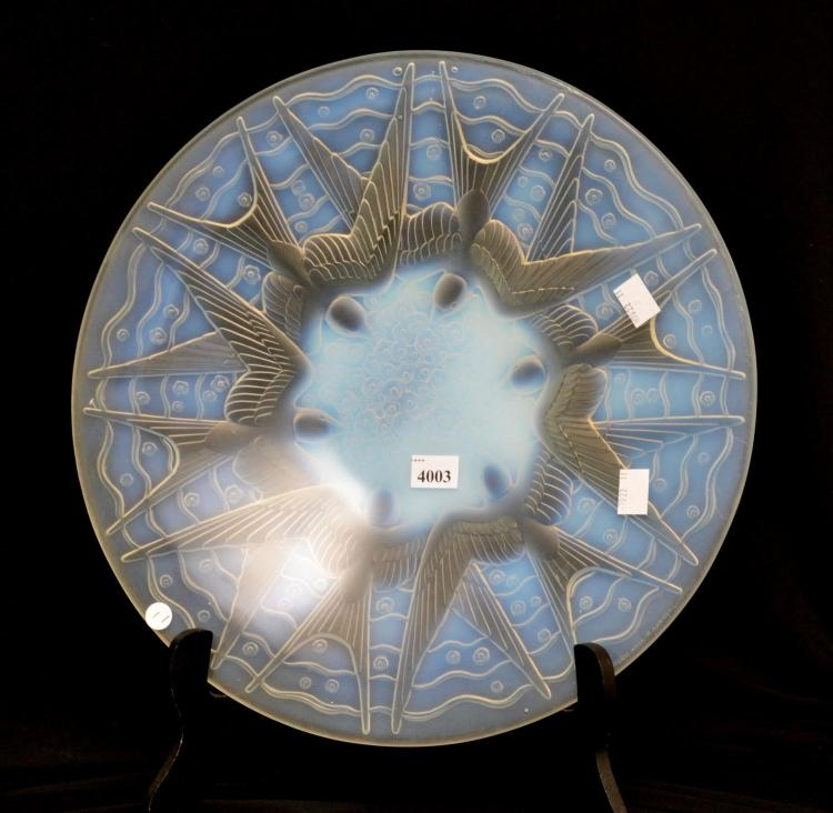 A 1930'S PIERRE D'AVESN FRENCH 'HIRONDELLES' OPALESCENT CHARGER WITH DIVING SWALLOWS. 35CM DIAMETER