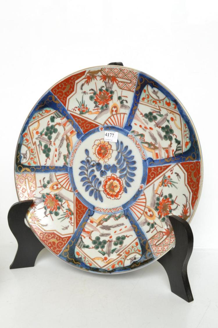 A JAPANESE IMARI WARE CHARGER, MEIJI PERIOD (1868-1912)