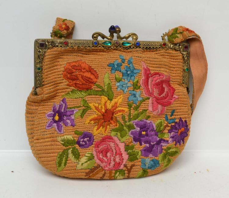 A LATE 1920'S SILK EMBRIODERED HANDBAG, A JEWELLED BRASS CLASP WITH FLORAL MOTIFS AND ORIGINAL SILK LINING