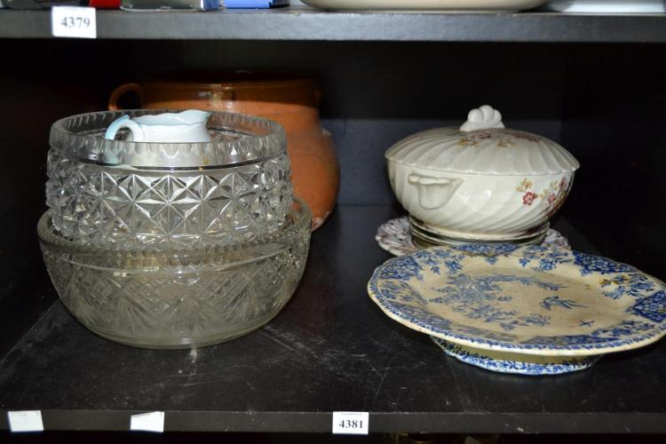 A SHELF OF ASSORTED GLASS AND CERAMICS INCL. VIENNA (FAULTS)