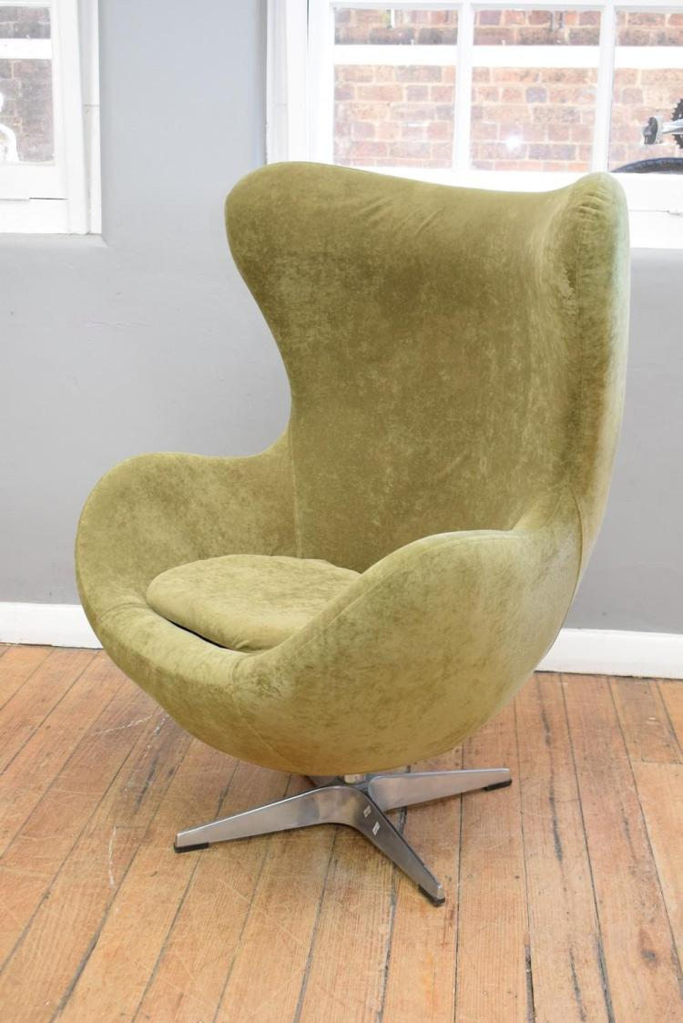 AN ARNE JACOBSEN STYLE VELVET UPHOLSTERED EGG CHAIR