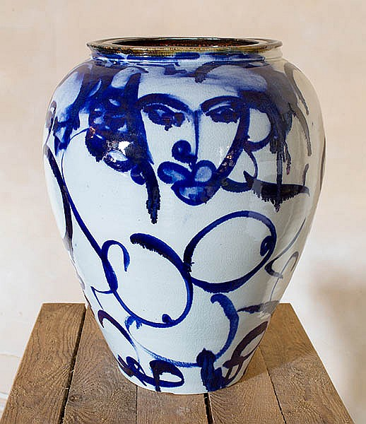 A LARGE GLAZED POTTERY VASE BY MICHAEL PUGH