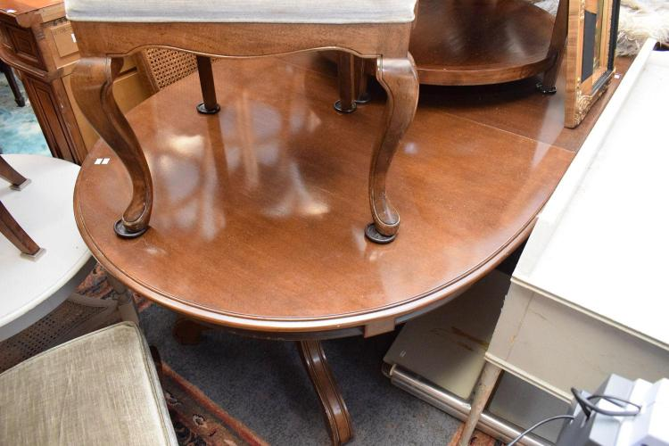 A VICTORIAN STYLE OVAL SHAPED DINING TABLE WITH LEAF