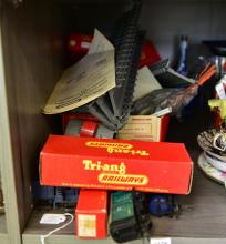 PART SHELF OF ITEMS, INCLUDING BOXED TRI-ANG RAILWAY MODELS, INCL. BRICK WAGON AND AN OLD TIME CABOOSE (6 ITEMS)