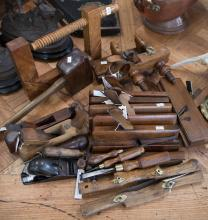 23 ASSORTED 18TH & 19TH CENTURY TOOLS, INCLUDING PLOUGH PLANE, CHISSELS & HAMMERS
