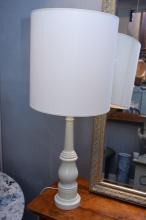 A PAIR OF WHITE PAINTED TABLE LAMPS