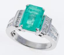 A COLUMBIAN EMERALD AND DIAMOND RING IN 14CT WHITE GOLD, EMERALD OF 2.68CTS AND DIAMONDS TOTALLING 0.84CTS