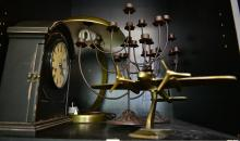 A SHELF OF ITEMS INCL. CLOCK & LAMP