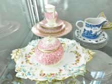 A COLLECTION OF PORCELAIN INCLUDING ROYAL WORCESTER, ROYAL DOULTON AND SPODE