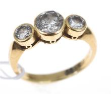 A THREE STONE DIAMOND RING, THE CENTRE STONE 1.17CTS AND TWO SIDE STONES OF 0.31CTS, IN 18CT YELLOW GOLD