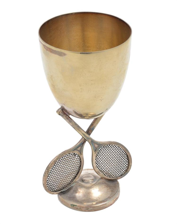 A SILVER PLATE TENNIS TROPHY WITH CROSSED RACQUETS, UNENGRAVED, C. 1930'S