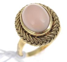 A CORAL DRESS RING, IN 18CT GOLD