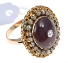 A RED STONE AND SEED PEARL RING, SET IN 14CT GOLD