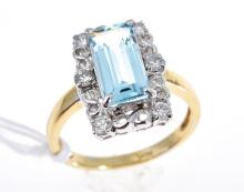 AN AQUAMARINE AND DIAMOND DRESS RING, IN 18CT TWO TONE GOLD