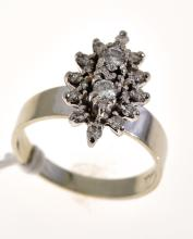 A DIAMOND DRESS RING IN 18CT WHITE GOLD