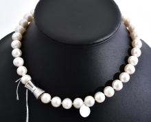 A STRAND OF FRESHWATER PEARLS CONSISTING OF 36 ROUND TO NEAR ROUND PEARLS, SHOWING WHITE, PINK AND SILVER HUES, FITTED WITH A STAINL...