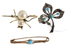 A SET OF THREE BROOCHES INCLUDING A BAR BROOCH, A SPIDER AND A FLOWER