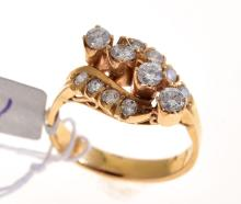 A DIAMOND DRESS RING SET IN 18CT YELLOW GOLD
