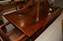A 1940S OAK DINING TABLE