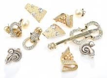 A GROUP OF COSTUME JEWELLERY COMPRISING FIVE PAIR OF EARRINGS AND A VIOLIN BROOCH AF