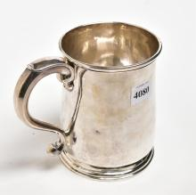 A GEORGE THE FIRST STERLING SILVER TANKARD WITH ARMORIAL CREST