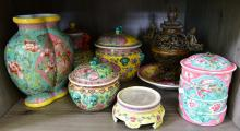 A COLLECTION OF FAMILLE ROSE ITEMS INCLUDING JAR & CONTAINERS