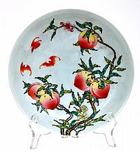CHINESE PEACH AND BAT DECORATED PORCELAIN PLATE, 21CM DIAMETER, PSEUDO SIX CHARACTER YONGZHENG MARK TO BASE