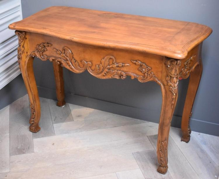 A CONTINENTAL STYLE SERPENTINE CARVED CONSOLE TABLE (1.07m w x 52cm l x 78cm h)