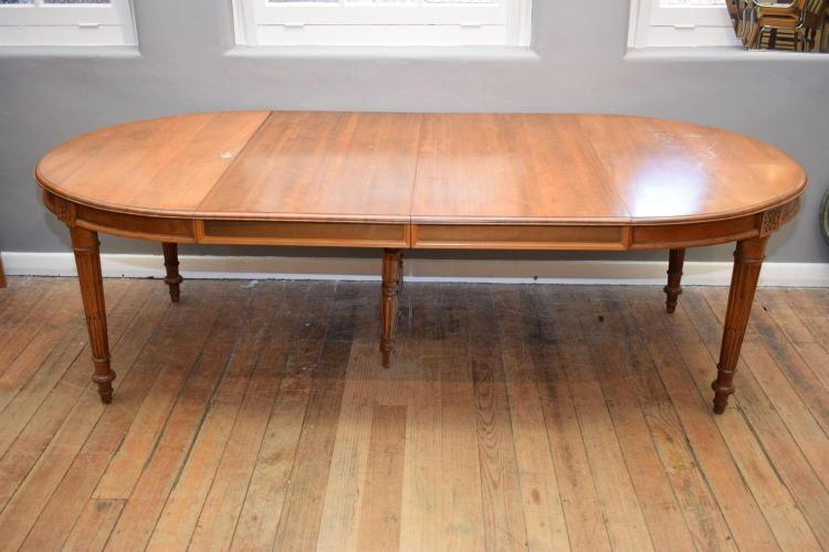 A FRENCH PROVINCIAL STYLE CHERRYWOOD EXTENSION DINING TABLE