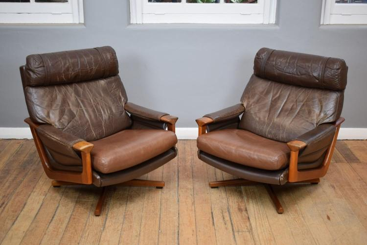 A PAIR OF TESSA T21 LEATHER ARMCHAIRS